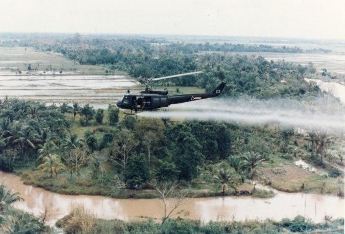 Helicóptero Huey asperjando agente naranja.