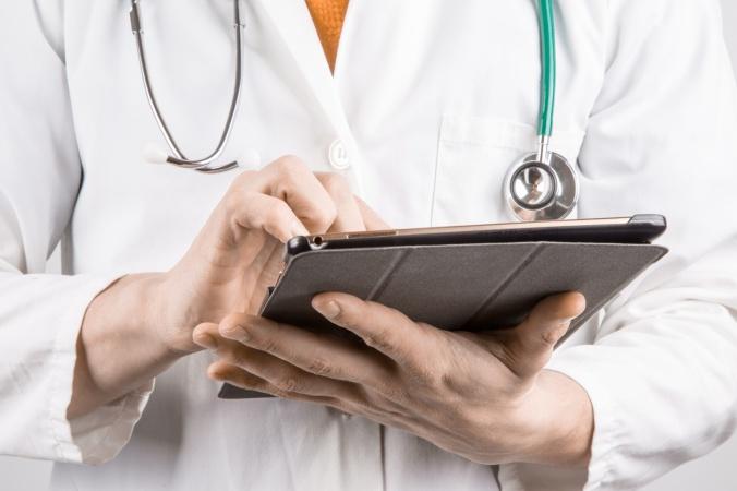 Doctora con su tableta