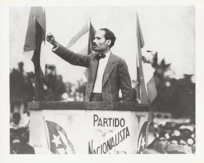Pedro Albizu Campos hablando en un mitin nacionalista (sin fecha). Foto cortesía de Center for Puerto Rican Studies, Hunter College, CUNY.