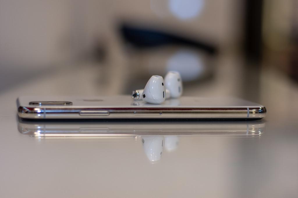 Una iPhone con Airpods