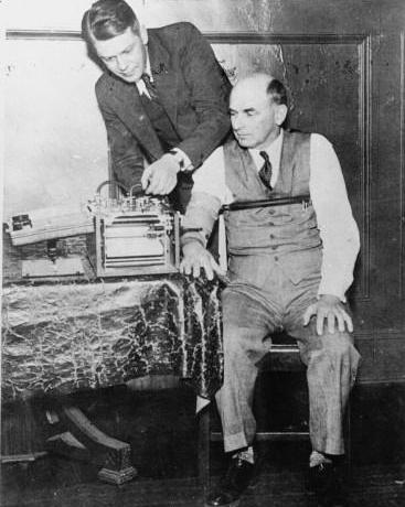 Leonard Keeler con un cardio-pneumo psicograma.