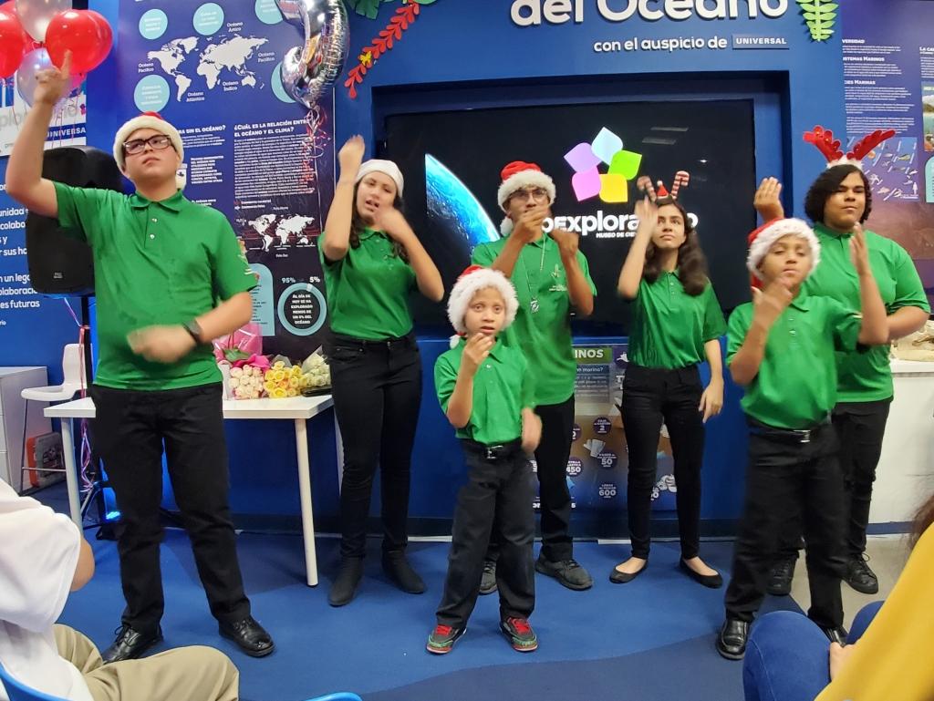 Clase de Lenguaje de Señas del Colegio San Gabriel interpretando una canción de Navidad en lenguaje de señas. (c) 2019, Pedro M. Rosario Barbosa. CC-BY-SA 4.0+