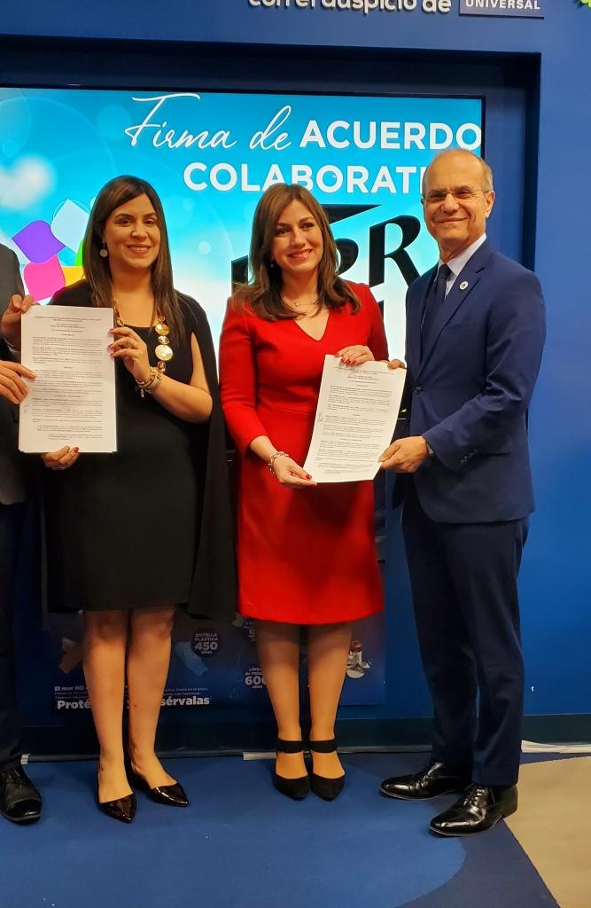 Jenny Guevara, Ada Monzón y Jorge Haddock, presentando los documentos del acuerdo colaborativo