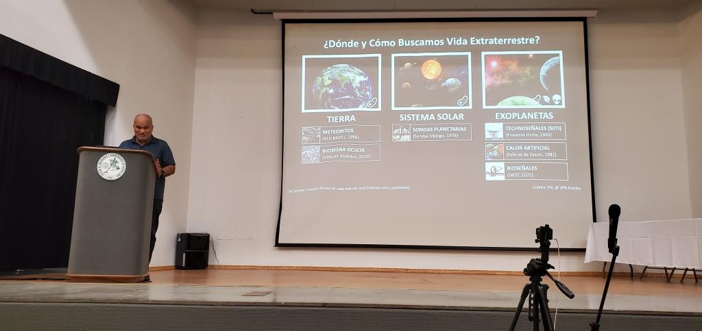 Abel Méndez hablando de posible vida extraterrestre en exoplanetas en la Asamblea Nacional de Ateístas de Puerto Rico, 2020. (c) 2020, Pedro M. Rosario Barbosa. Licencia: CC-BY 4.0+.